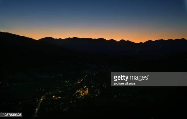 Der Himmel leuchtet am zur blauen Stunde über den Alpen hinter der Gemeinde Bad Hindelang Foto KarlJosef Hildenbrand/dpa dpa Bildfunk | usage...