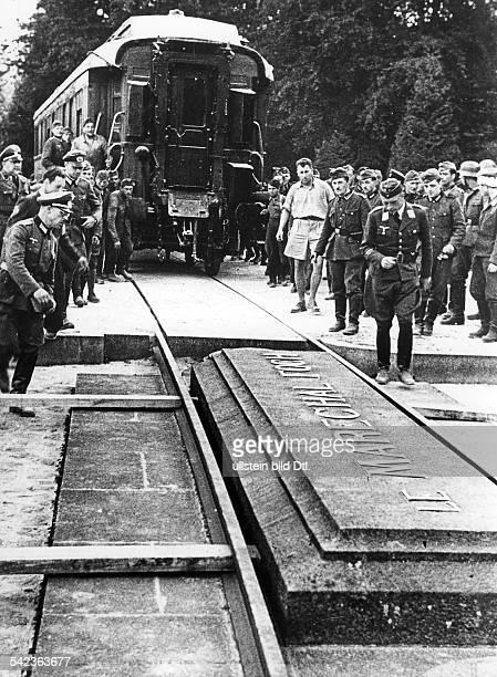 Der 'historische Wagen' von Compiegnewird aus der Halle gerollt.- 1940
