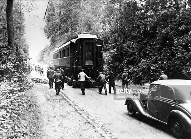 Der 'historische Wagen' von Compiegnewird zum Bahnhof gebracht, um nach Berlintransportiert zu werden.- 1940