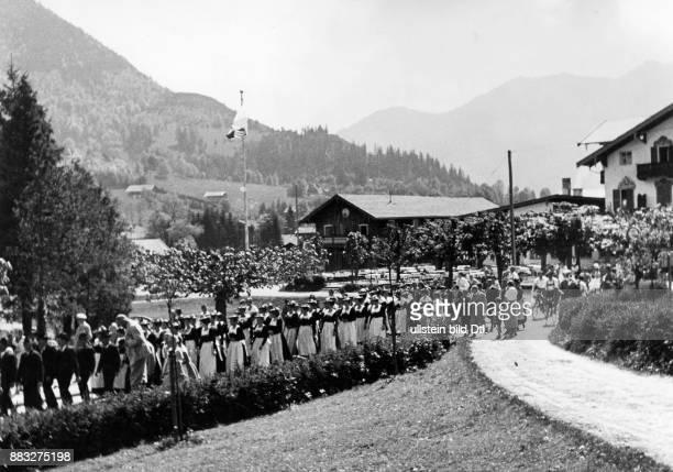 Der Hochzeitszug formiert sich zuerst die Männer anschließend die Frauen in traditioneller Kleidung gehen zur Trauung durch das Dorf Hanns Hubmann...