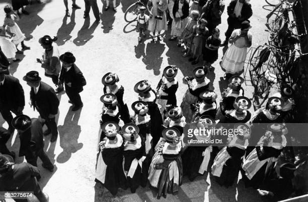 Der Hochzeitszug formiert sich zuerst die Männer anschließend die Frauen in traditioneller Kleidung Hanns Hubmann Originalaufnahme im Archiv von...