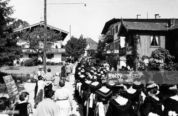 Der Hochzeitszug formiert sich zuerst die Männer anschließend die Frauen in traditioneller Kleidung durch das Dorf Hanns Hubmann Originalaufnahme im...