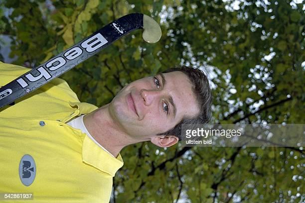 Der Hockeyspieler Christoph Bechmann mit einem Schläger