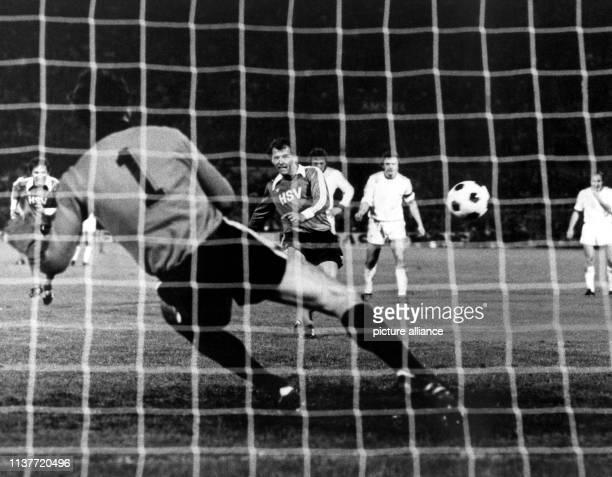 Der HSV-Spieler Georg Volkert verwandelt am in Amsterdam in der 80. Minute einen Strafstoß zur 1:0-Führung, während Anderlechts Torwart Jan Ruiters...