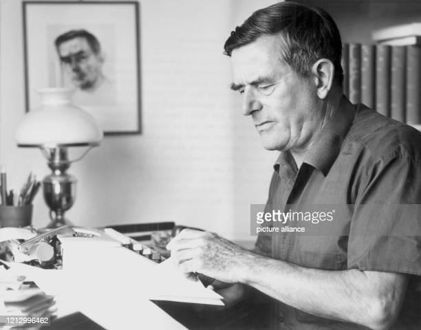 Der in der Schweize lebende deutsche Historiker und Schriftsteller Golo Mann aufgenommen am in Bensberg bei Köln im Haus eines Freundes bei dem er...