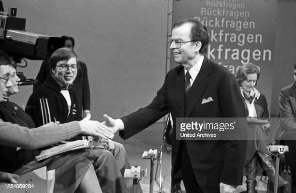 """Der Intendant des ZDF, Karl Günther von Hase, in der Sendung """"Rückfragen"""", Deutschland 1970er Jahre."""