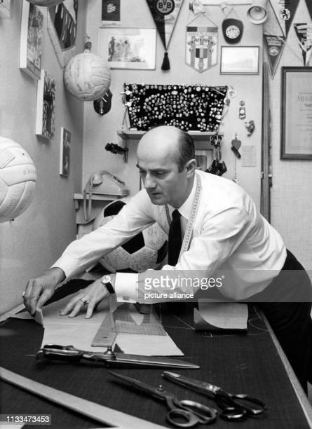Der internationale Schiedsrichter Rudolf Kreitlein in seiner Schneiderwerkstatt deren Wände mit FussballSouvenirs übersät sind aufgenommen am in...