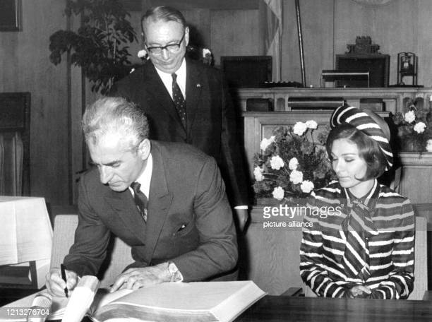 Der iranische Schah Reza Mohammed Pahlavi trägt sich am 2. Juni 1967 in das Goldene Buch der Stadt Berlin im Rathaus Schöneberg ein. Rechts sitzt...