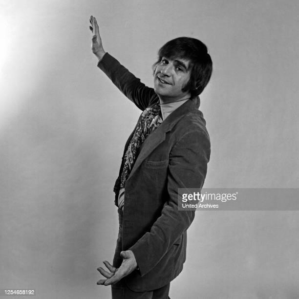 Der irische Sänger Joe Dolan beim Fotoshooting, Deutschland 1960er Jahre.