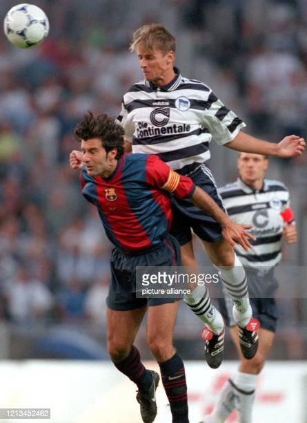 Der isländische Verteidiger Eyjölfur Sverrisson von Hertha BSC Berlin versucht am 11898 im Berliner Olympiastadion ein Kopfballduell gegen den...