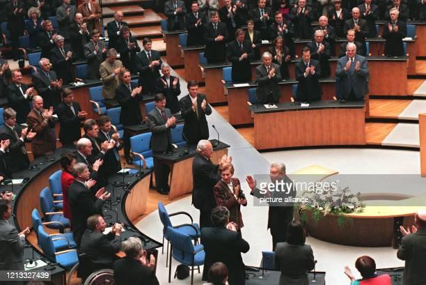 Der israelische Präsident Eser Weizman bedankt sich mit erhobenen Händen für den Beifall nach seiner Rede vor dem Bundestag und Bundesrat in Bonn....