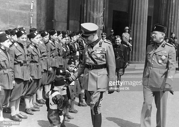 Der italienische Aussenminister GaleazzoGraf Ciano am Ehrenmal an der StrasseUnter den Linden vor Angehörigen deritalienischen BalillaJugend...