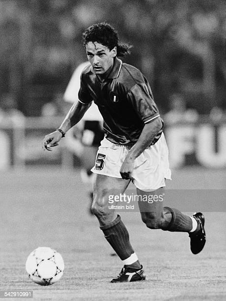 Der italienische FußballNationalspieler Roberto Baggio am Ball Undatiertes Foto