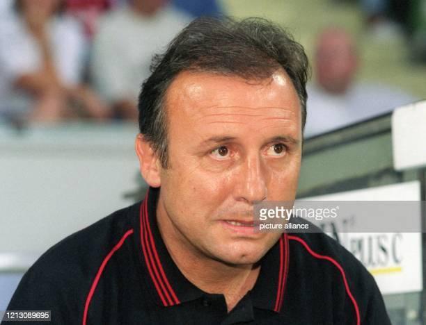 Der italienische Fußballtrainer Alberto Zaccheroni aufgenommen am 6.8.1999 in der Leverkusener BayArena beim Fußball-Freundschaftsspiel seines Teams...
