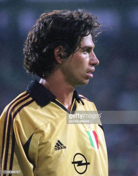 Der italienische Mittelfeldspieler Demetrio Albertini, aufgenommen am 6.8.1999 in der Leverkusener BayArena beim Fußball-Freundschaftsspiel seines...
