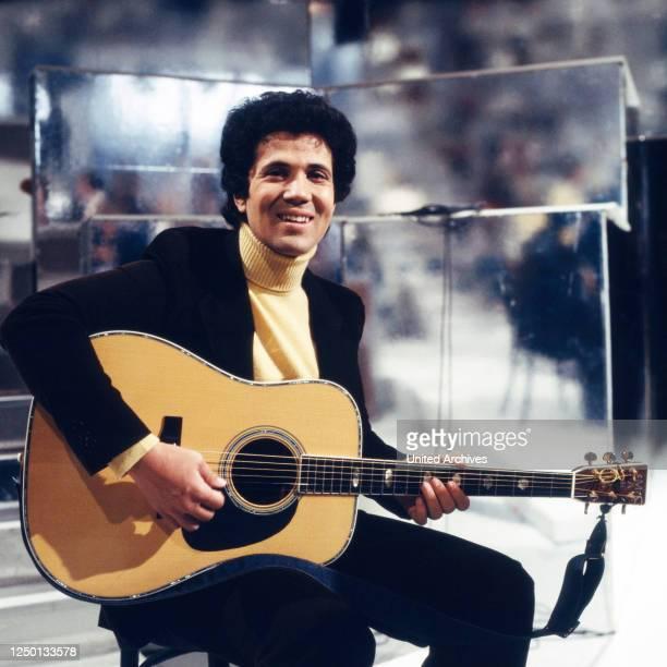 """Der italienische Sänger, Cantautore und Komponist Lucio Battisti in der Musiksendung """"Liedercircus"""", Deutschland 1970er Jahre."""
