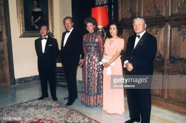 Der japanische Ministerpräsident Kakuei Tanaka, Bundeskanzler Willy Brandt, seine Ehefrau Rut Brandt, Tanakas Tochter Makiko und der japanische...