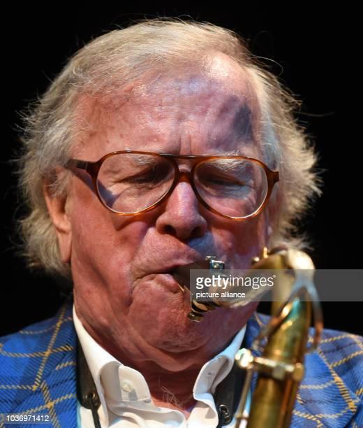 Der Jazzmusiker und Komponist von Filmmusiken Klaus Doldinger spielt am an seinem 80Geburtstag mit seinem Saxophon in Düsseldorf bei Proben auf der...