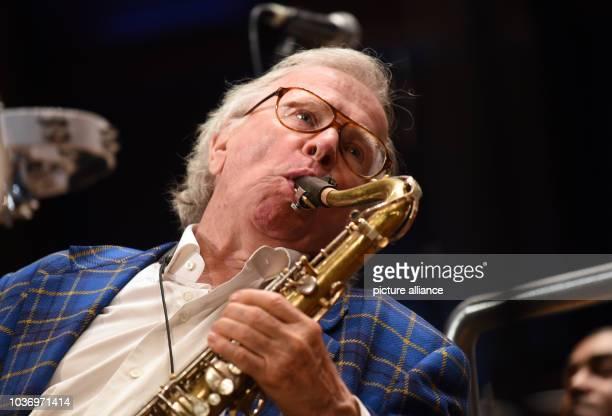 Der Jazzmusiker und Komponist von Filmmusiken Klaus Doldinger spielt am , an seinem 80.Geburtstag, mit seinem Saxophon in Düsseldorf bei Proben auf...