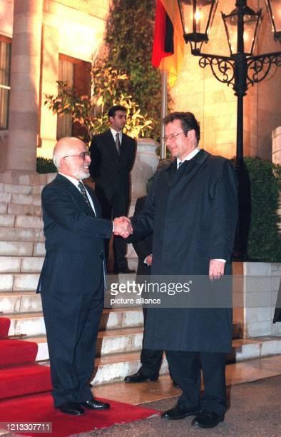 Der jordanische König Hussein begrüßt am 431997 Bundesaußenminister Klaus Kinkel vor dem königlichen Palast in Amman Kinkel der sich auf einer...