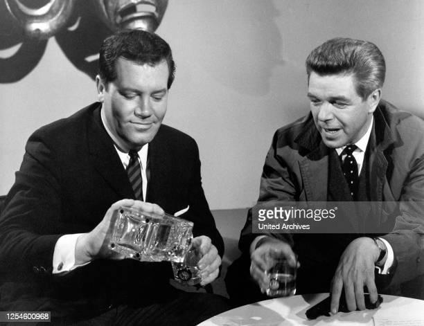 Der Journalist Wim Thoelke mit dem Schauspieler Heinz Drache bei einem Whisky Deutschland 1960er Jahre