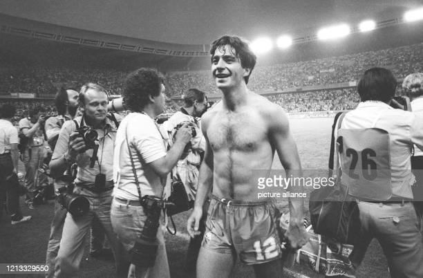 Der jubelnde spanische Verteidiger Garcia Salvador Salva bahnt sich bei Spielende am im Pariser Prinzenparkstadion einen Weg an den Fotografen...