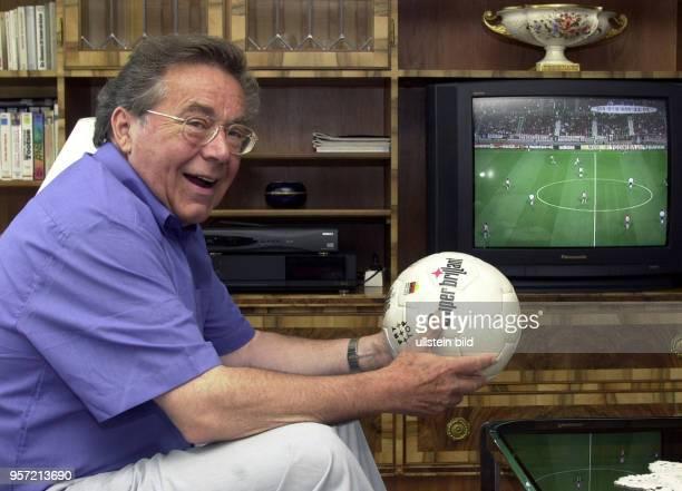 Der Kammersänger Peter Schreier schaut sich das Halbfinalspiel der FußballWeltmeisterschaft 2002 Südkorea gegen Deutschland im Fernsehen in seinem...