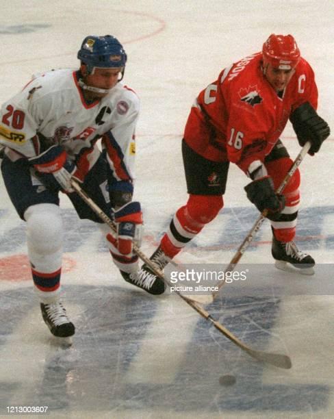 Der kanadische Eishockey-Nationalspieler Dean Evason kämpft am 1.11.1996 in der Stuttgarter Schleyerhalle während des Länderspiels gegen die Slowakei...