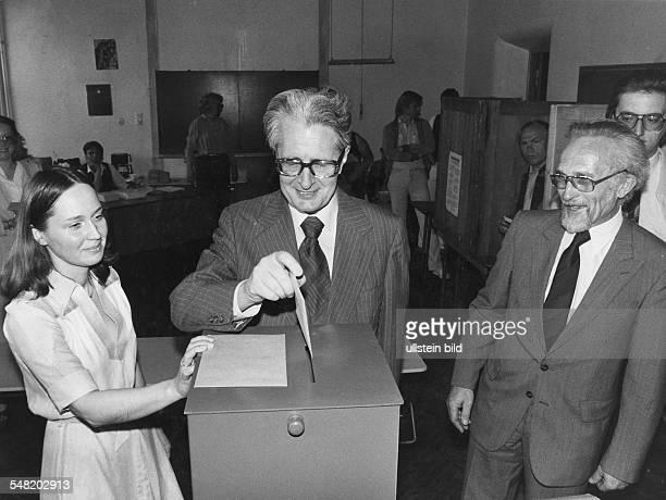 Der Kandidat der SPD für das Amt des Regierenden Bürgermeisters von Berlin Hans Jochen Vogel bei der Stimmabgabe in seinem Wahlbezirk