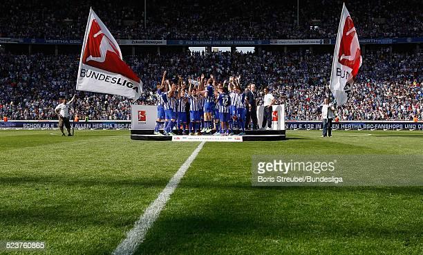 Der Kapitaen Peter Niemeyer und die Mannschaft von Hertha BSC bejubeln die 2 Bundesliga Meisterschaft und den Aufstieg in die 1 Bundesliga mit der...