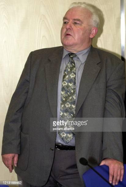 Der katholische Pfarrer Wolf Dieter Weiss aus der Gemeinde Ebersdorf bei Coburg schaut am 572000 im Saal des Coburger Landgerichts zu den Eltern die...