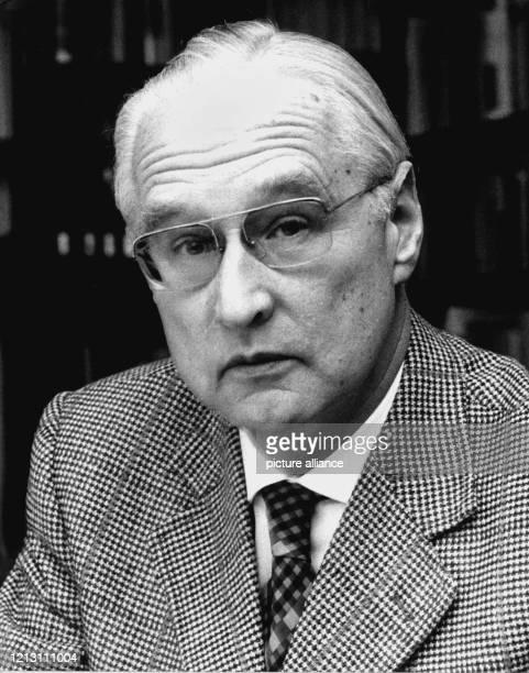 Der katholische Schweizer Theologe Dr. Herbert Haag, aufgenommen am 6. Dezember 1974. Dr. Herbert Haag wurde am 11. Februar 1915 in Singen-Hohentwiel...