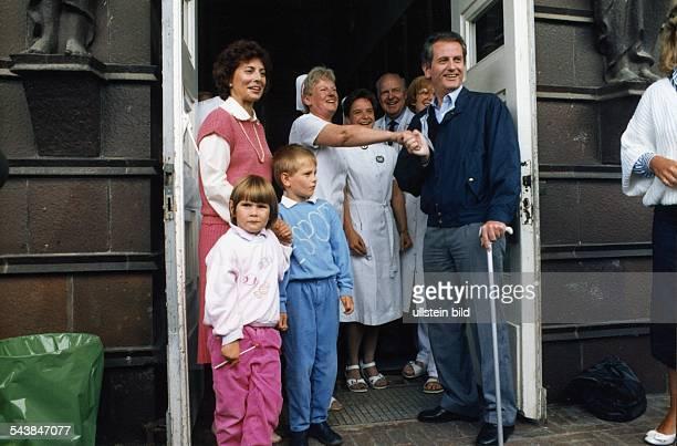 Der Kieler Ministerpräsident Uwe Barschel mit Familie und Krankenhauspersonal vor dem Krankenhaus in Lübeck Von rechts Uwe Barschel Schwester Inge...