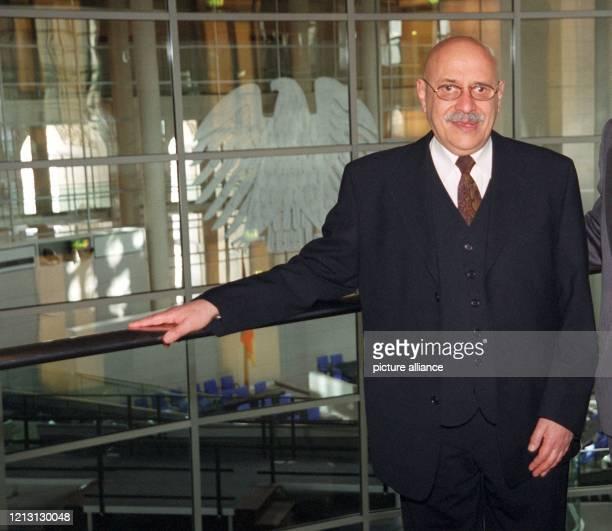 """Der Klezmer-Musiker Giora Feidman steht am in der Kuppel des Berliner Reichstages. Der 63-Jährige, der durch die Musik zum Film """"Schindlers Liste""""..."""
