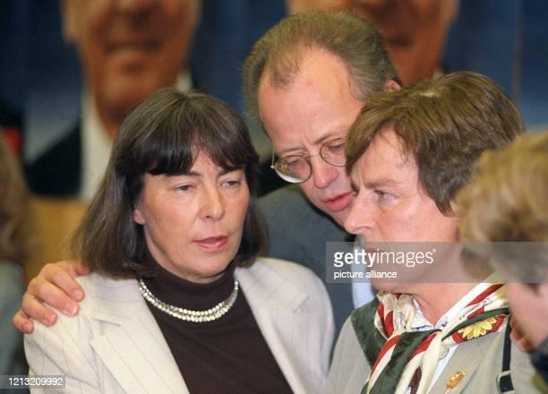 Der künftige Bundesverteidigungsminister Rudolf Scharping im Gespräch mit Anke Fuchs und Ingrid MatthäusMaier bei der SPDVorstandssitzung am in der...