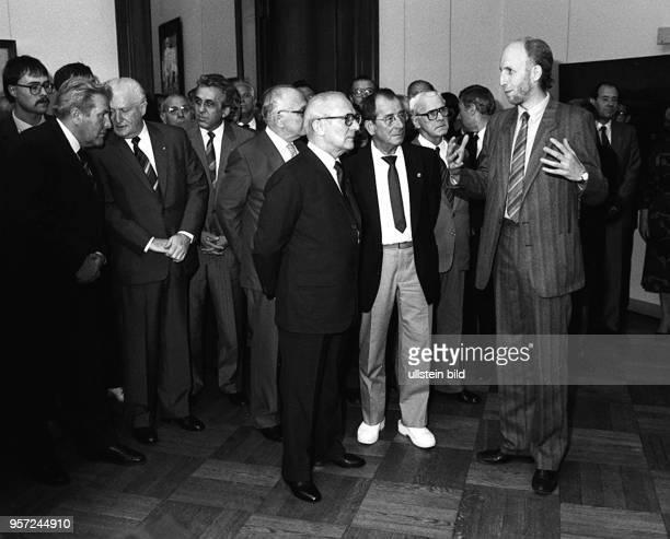 Der Künstler und Professor an der Hochschule für Bildende Künste Dresden Johannes Heisig zeigt dem Partei und Staatschef Erich Honecker auf der X...