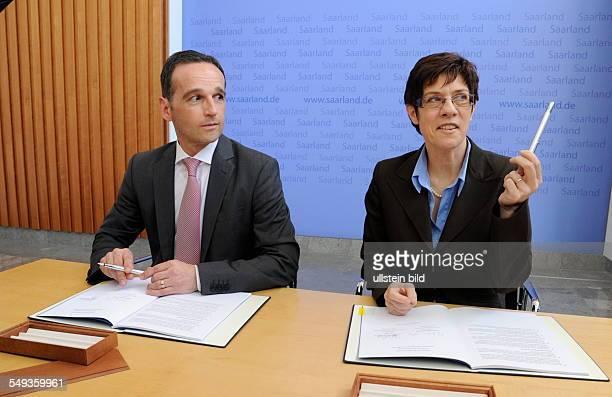 Der Koalitionsvertrag zwischen der SPD und der CDU im Saarland zur Bildung der Großen Koalition ist unterschrieben SPDChef Heiko Maas und...