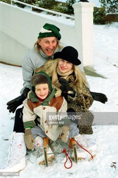 Der Komiker Otto Waalkes mit Ehefrau Manuela und dem einjährigen Sohn Benjamin Karl Otto Gregory auf einem Schlitten