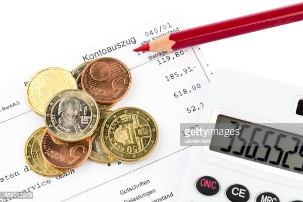 Der Kontoauszug einer Bank und einige Münzen der Euro Währung