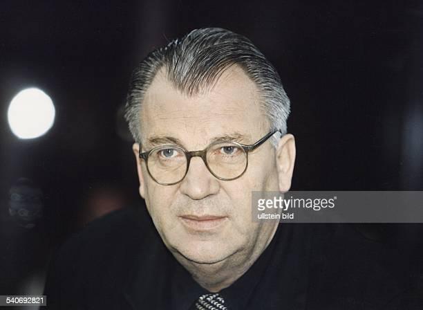 Der Korrespondent für Marokko Algerien und Tunesien vom Norddeutschen Rundfunk Samuel Schirmbeck mit Brille Aufgenommen März 1998