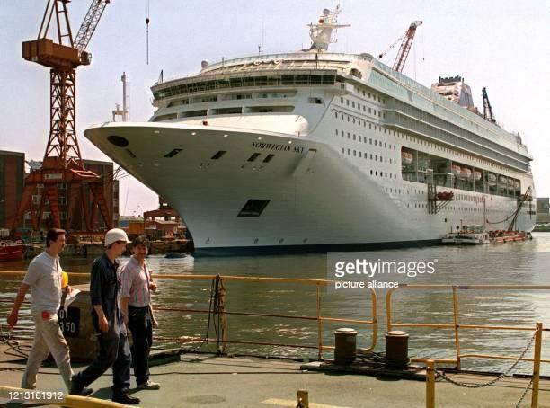 """Der Kreuzfahrtschiff-Neubau MS """"Norwegian Sky"""" dominiert zur Zeit das Gelände der Lloyd-Werft in Bremerhaven . Das 80 000 BRT große Luxusschiff steht..."""