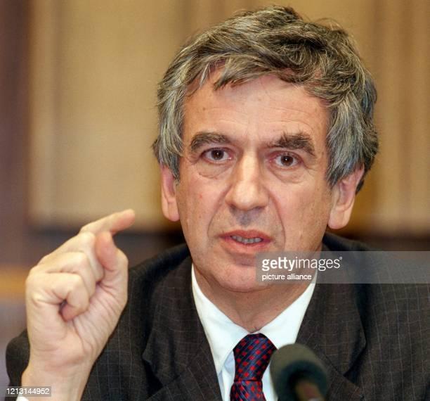 Der Kulturbeauftragte der Bundesregierung Michael Naumann aufgenommen bei einer Pressekonferenz am in Bonn Naumann will den Bundestag für seine neue...