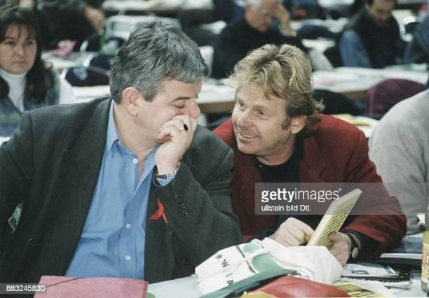 Der lachende Daniel CohnBendit weist den grüblerischen Parteivorsitzenden Joschka Fischer auf einen BuchTitel hin während der 6 Ordentlichen...