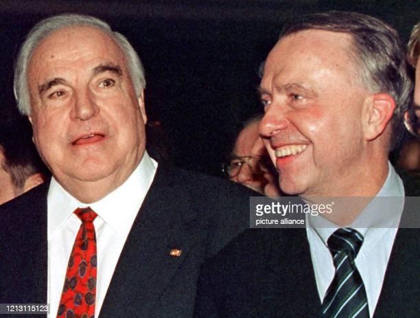 Der Landesvorsitzende der Bremer CDU Bernd Neumann begleitet am 2112000 den Auftritt von AltBundeskanzler Helmut Kohl auf dem Neujahrsempfang der...