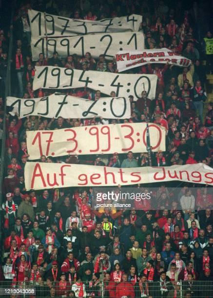 Der Lauterer Anhang hält am 1731999 auf den Traversen des heimischen FritzWalterStadions vor dem ViertelfinalRückspiel der europäischen...
