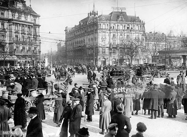Der leere Potsdamer Platz ohne öffentliche Verkehrsmittel. Rollwagen übernehmen den Transport Originalaufnahme im Archiv von ullstein bild
