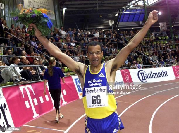Der Leichtathlet Nico Motchebon bejubelt am 2821999 beim HallenSportfest der Leichtathleten in Sindelfingen seinen Sieg über die 600 Meter Der für...