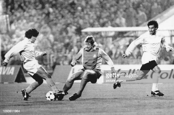 Der Leipziger LokAbwehrspieler Matthias Lindner attackiert den ballführenden argentinischen NeapelStar Diego Maradona Rechts wartet Neapels...