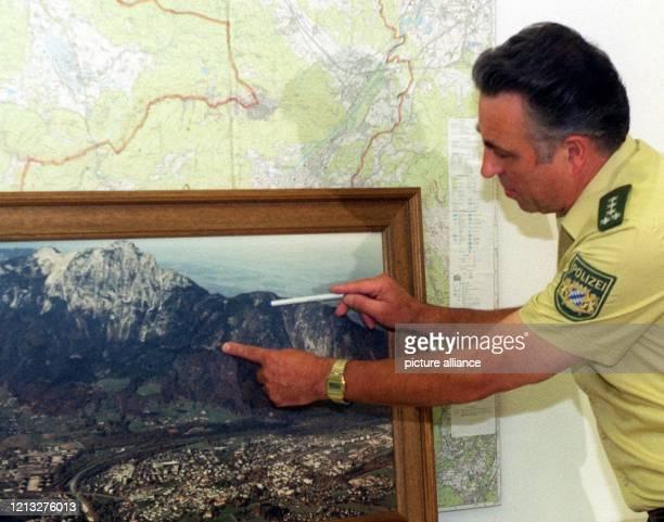 Der Leiter der Polizei von Bad Reichenhall Helmut Hasl deutet am 2081997 mit seiner linken Hand auf die Stelle am Hochstaufen an der sich der...