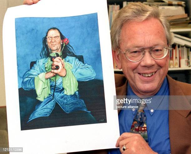 Der Leiter der Pressedokumentation im Deutschen Bundestag Walther Keim hält am 6111998 in Bonn eine von Gerhard Haderer gezeichnetete Karikatur in...
